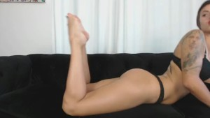 Wanna suck my toes ? Tu veux lu00e9cher mes pieds ?